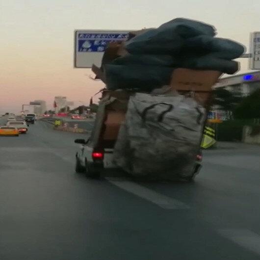 Kasasında karton yığınlarıyla E-5te ilerleyen otomobil şaşkına çevirdi