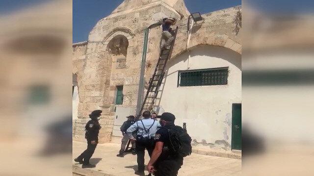 Skandal görüntü: İşgalci İsrail güçleri Mescid-i Aksa'ya silah zoruyla hoparlör yerleştirdi