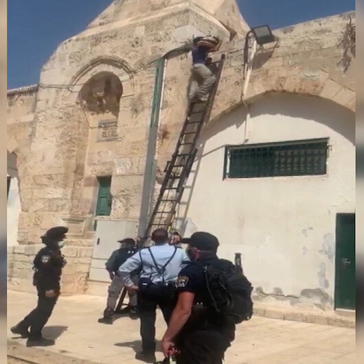 Skandal görüntü: İşgalci İsrail güçleri Mescid-i Aksaya silah zoruyla hoparlör yerleştirdi