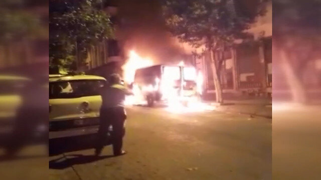 İstanbul'da panelvan minibüs sokak ortasında alev alev yandı