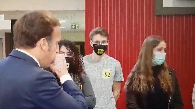 Öğrencilere korona tedbirlerini anlatan Macron maskesini çıkarıp öksürdü