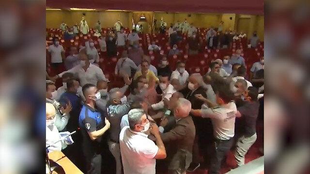 Adana'da Başkan Karalar usulsüz oylama yapınca meclis karıştı; CHP'li üyeler Cumhur İttifakı grubuna saldırdı