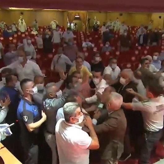Adanada Başkan Karalar usulsüz oylama yapınca meclis karıştı; CHPli üyeler Cumhur İttifakı grubuna saldırdı