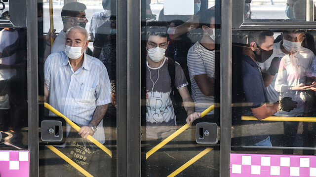 İstanbul'da yolcu otobüslerinde sosyal mesafesiz ayakta yolculuk