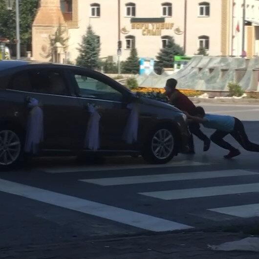Bahşiş için gelin arabasının önüne çıkan çocukları sürükledi