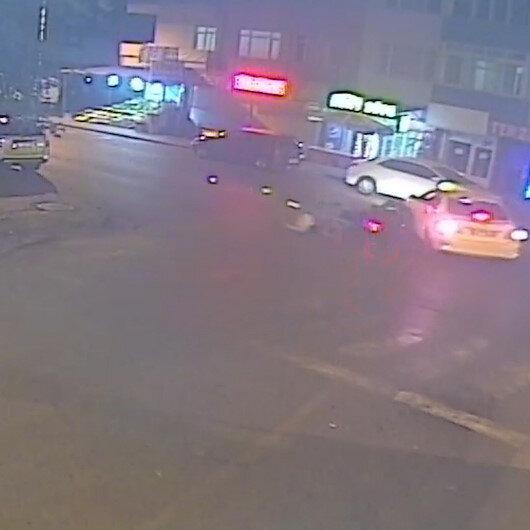 Motosiklet, duraktan çıkan taksiye çarptı: 2 yaralı