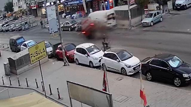 İzmir'de panelvan, park halindeki araçlara çarptı: 3 yaralı