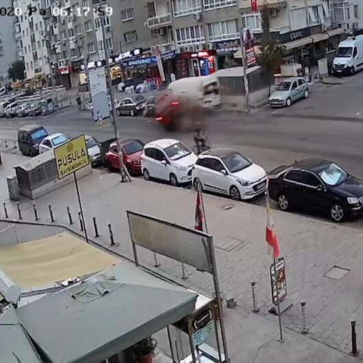 İzmirde panelvan, park halindeki araçlara çarptı: 3 yaralı