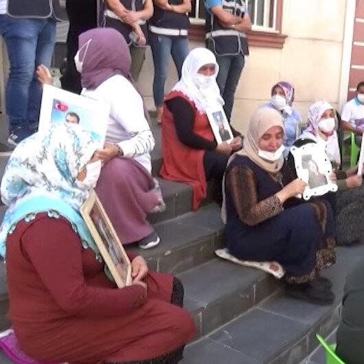 CHP önce HDPyi sonra evlat nöbeti tutan aileleri ziyaret etti: Aileler tepki göstererek izin almak için içeri girdiler dedi