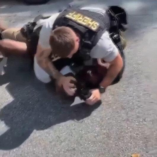 ABD polisi yere yatırdığı siyahi adamı acımasızca yumrukladı