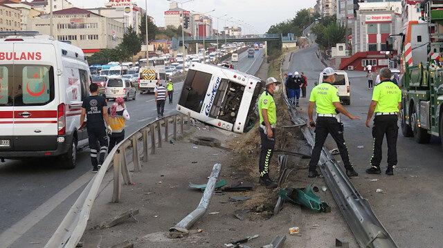 İstanbul'da yolcu otobüsü devrildi: Kaza sonrası ilk kareler