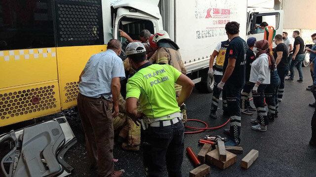 İstanbul'da İETT otobüsüne kamyonet çarptı: İki kişi yaralandı