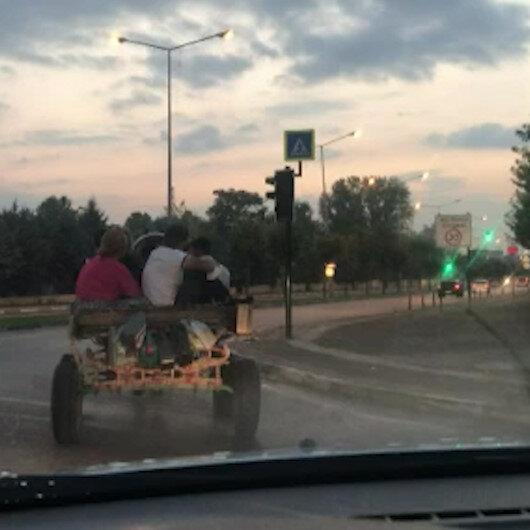 At arabası üstünde sosyal mesafe ve maske kuralını alt üst ettiler