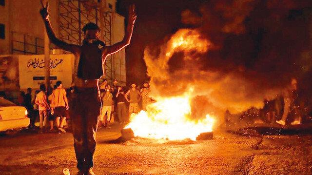 Hafter'e isyan: Darbeci Hafter'in sözde hükümet binası göstericiler tarafından yakıldı