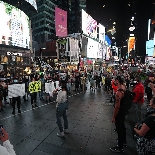 Times Meydanında ırkçılık karşıtı gösteri düzenlendi