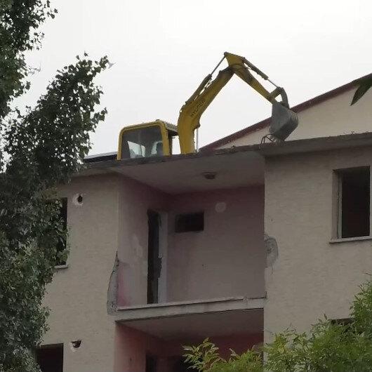 Karsta pes dedirten görüntü: İş makinesini yıkım için 5 katlı binanın üzerine çıkardı