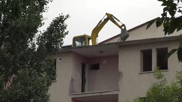 Kars'ta pes dedirten görüntü: İş makinesini yıkım için 5 katlı binanın üzerine çıkardı
