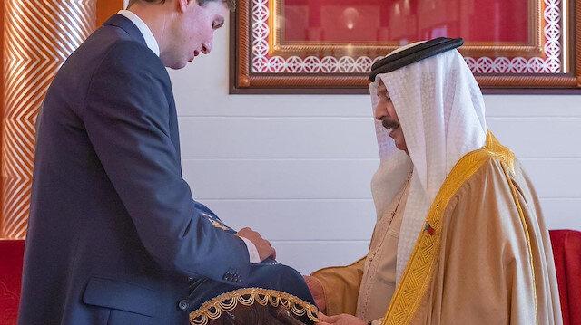 Trump'ın Yahudi damadı İsrail'i tanıma kararı alan Bahreyn Kralı'na Tevrat hediye etti
