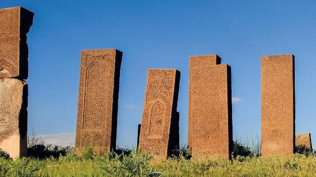 Anadolu'nun bin yıllık muhafızları;   Ahlât Kümbetleri