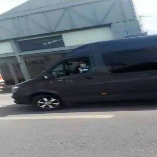 Servis şoförünün yürüyen kadına sözlü tacizi kamerada