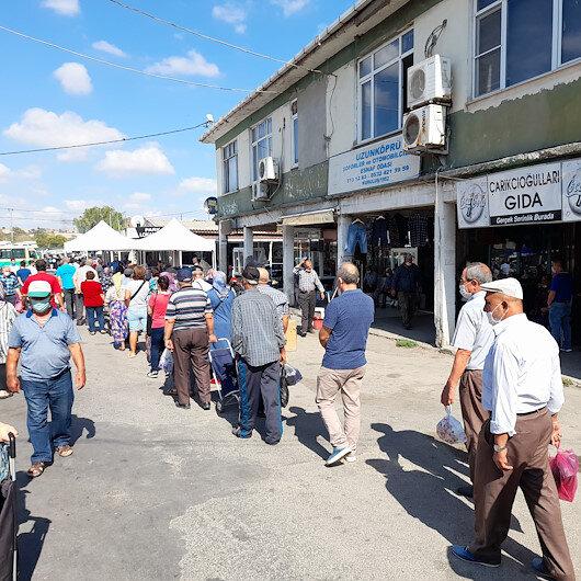 Edirnede vatandaşlar sosyal mesafeyi hiçe sayıp pazar yerine akın etti