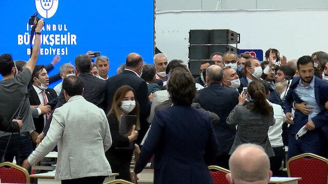 İBB meclisinde yine kavga: Ortalık savaş alanına döndü