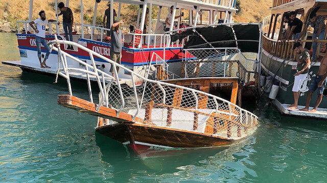 Halfeti'de faciadan dönüldü: Tur teknesi battı, yolcular son anda kurtarıldı