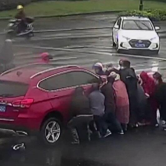 Çinde kaza yapan yaşlı adamı aracı kaldırarak kurtardılar