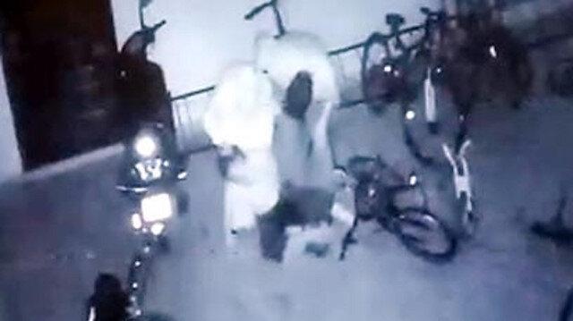 Oğullarının bisikletine çarpan küçük çocuğu öldüresiye dövdüler