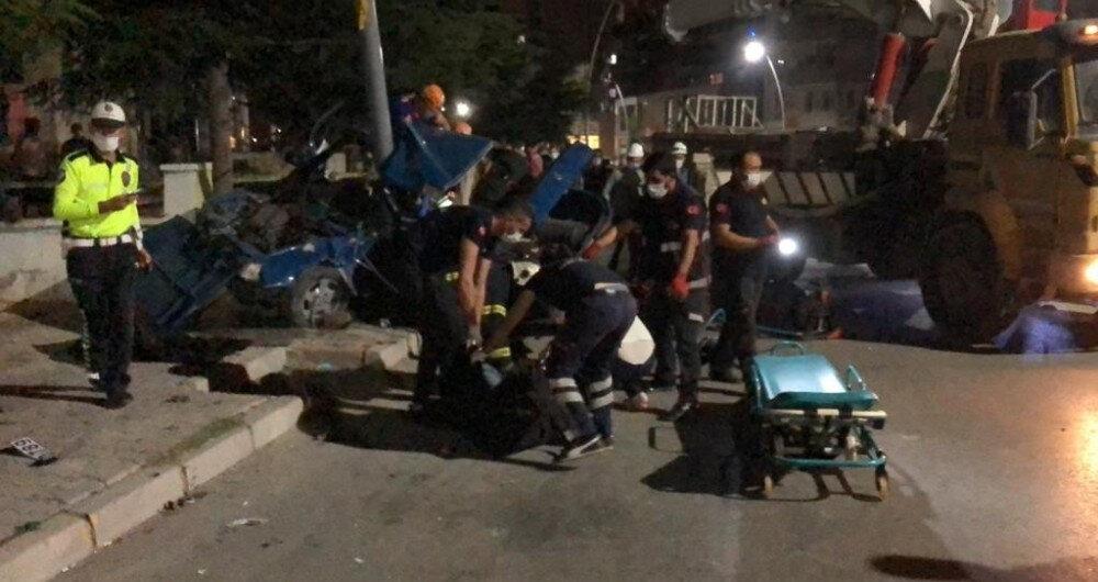 Bir otomobil yayaya çarptıktan sonra elektrik direğine çarparak ikiye bölündü.