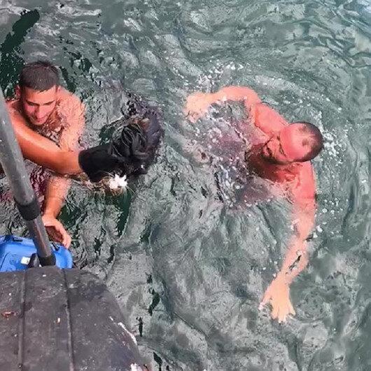 Bursada denize düşen kediyi cankurtaran çıkardı