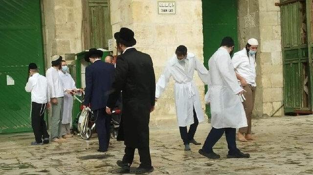 Fanatik Yahudiler Mescid-i Aksa avlusuna girdi