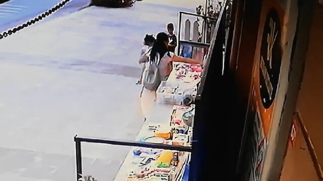 Eyüpsultan'da bir kadının kucağında çocukla hırsızlık yaptığı anlar kamerada