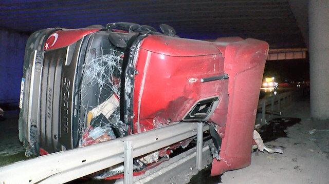 Şoförün mucize kurtuluşu: Çekmeköy'de kum yüklü TIR önce devrildi sonra iki parçaya ayrıldı