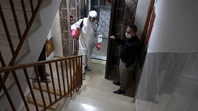 Sivas'ta mahalle muhtarı, vakaların görüldüğü apartmanları dezenfekte ediyor