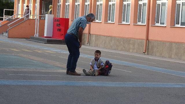 Çanakkale'de okula yeni başlayan Emir ağlayarak eve gitmek istedi