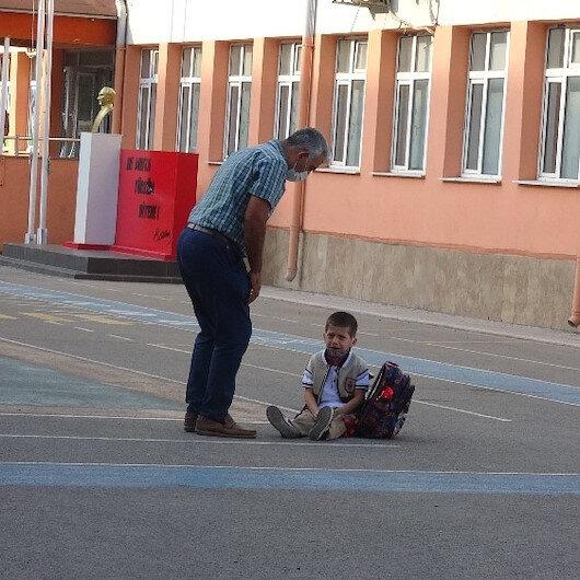 Çanakkalede okula yeni başlayan Emir ağlayarak eve gitmek istedi