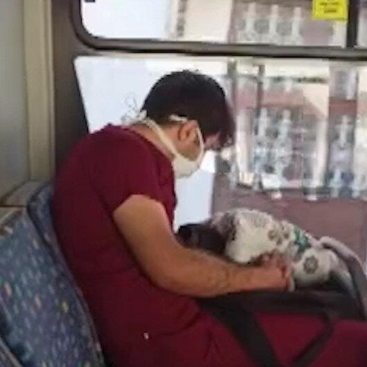 Mesai sonrası eve giderken yorgunluktan otobüste uyuya kalan sağlık çalışanı