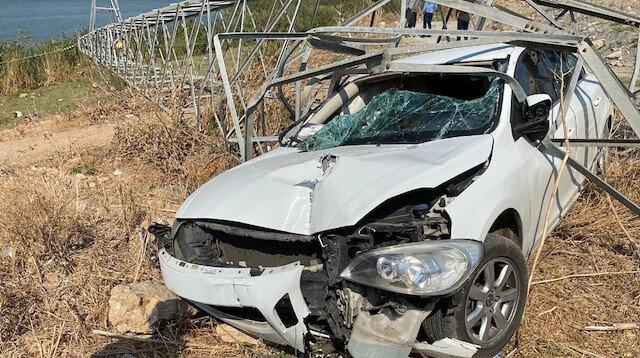 Yüksek gerilim hattı direğine çarparak içinden geçen sürücünün burnu dahi kanamadı