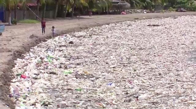 Çöp tsunamisi: Plastik yığınları karaya vurdu