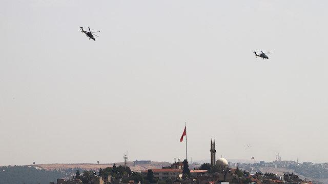 Havada asılı kalarak halkı selamlayan Atak helikopterleri TEKNOFEST'te göz doldurdu