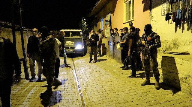İki aile bıçak ve silahlarla birbirine girince mahalle savaş alanına döndü: 8 yaralı var