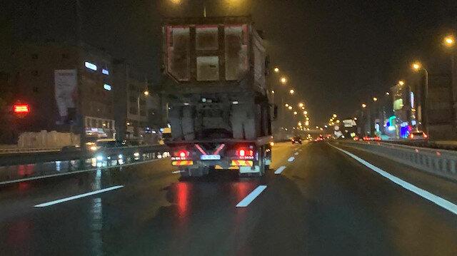 Pendik'te hafriyat kamyonu taşıyan TIR'ın tehlikeli yolculuğu