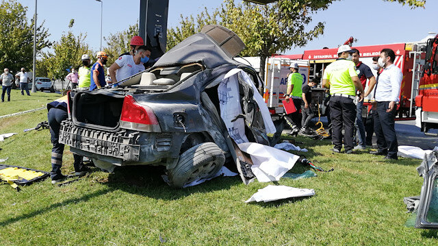 Bakırköy'deki kazada otomobil hurdaya döndü: Araç içinde sıkışan sürücü yaşamını yitirdi