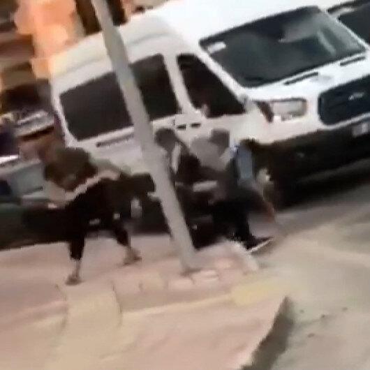 Antalya'da trafikte şaşkına çeviren kavga: Eli sopalı çift ile birbirine girdiler