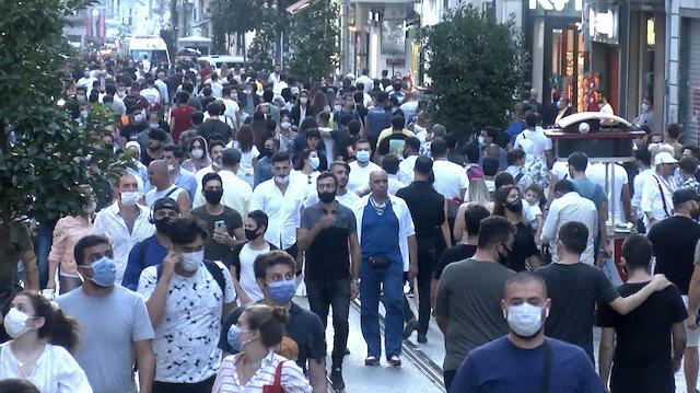 İstanbul'da halk koronavirüsü unuttu: İstiklal caddesinde adım atacak yer kalmadı