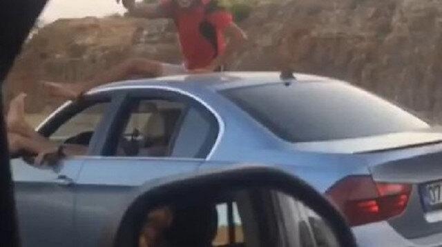 Antalya'da seyir halindeki otomobilde 'pes' dedirten görüntüler