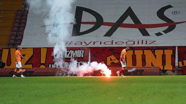 Galatasaray Fenerbahçe derbisinde sahaya işaret fişeği atıldı