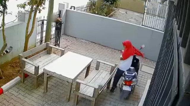 Antalya'da 2 hırsızın ellerini kollarını sallaya sallaya elektrikli bisikleti çaldılar
