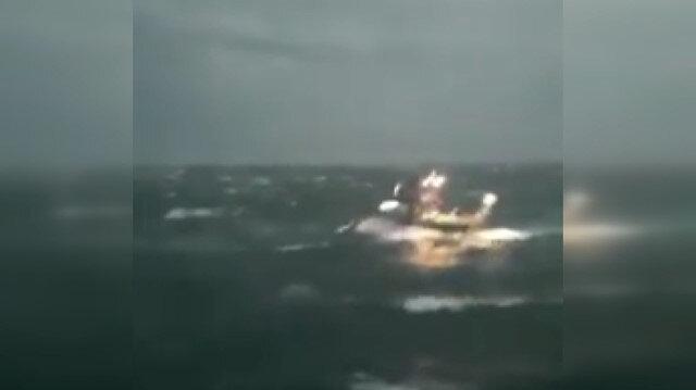 Kastamonu'da denize açılan balıkçı tekneleri fırtınada dev dalgaların arasında kaldı